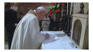 Firma de Fratelli Tutti por el Papa Francisco sobre la tumba de San Francisco. Foto tomada de: Vatican News